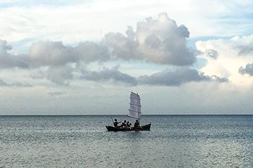 海原を進むサバニ(あーりおーる)